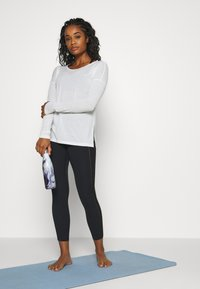 Nike Performance - DRY LAYER  - T-shirt sportiva - summit white/platinum tint - 1