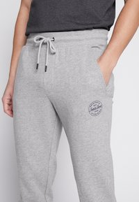 Jack & Jones - JJIGORDON  - Träningsbyxor - light grey melange - 5