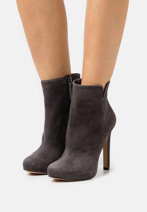 Kotníková obuv na vysokém podpatku - antracita
