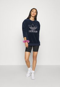 adidas Originals - CREW SPORTS INSPIRED  - Sweatshirt - collegiate navy/white
