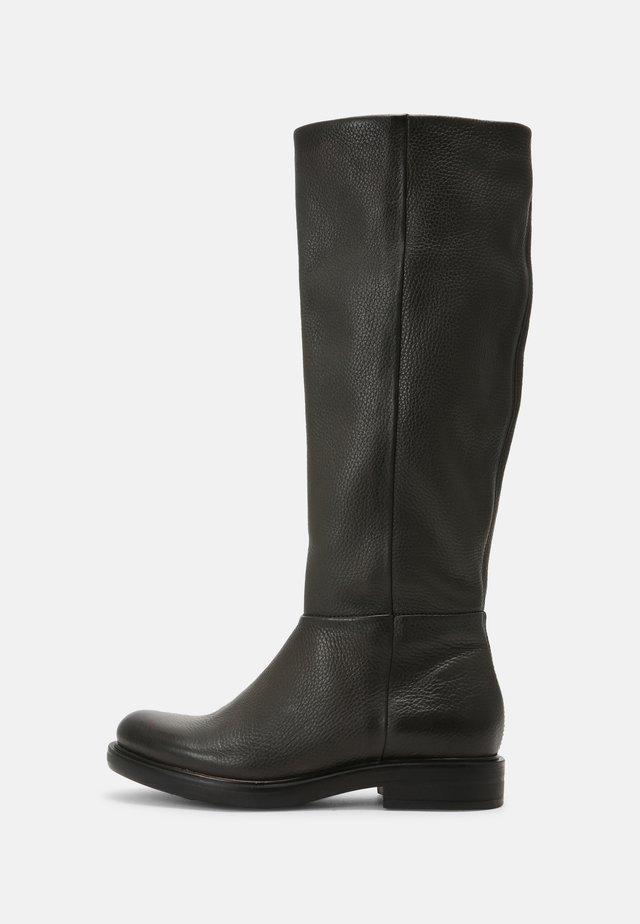 Boots - lichene