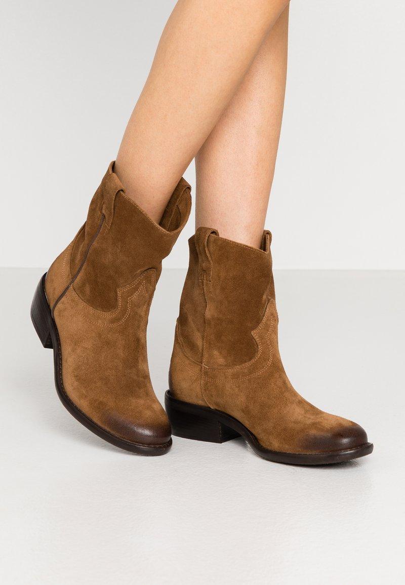 Lazamani - Cowboy/biker ankle boot - cognac