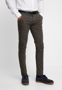 Lindbergh - CLASSIC WITH BELT - Chinos - dark army - 0