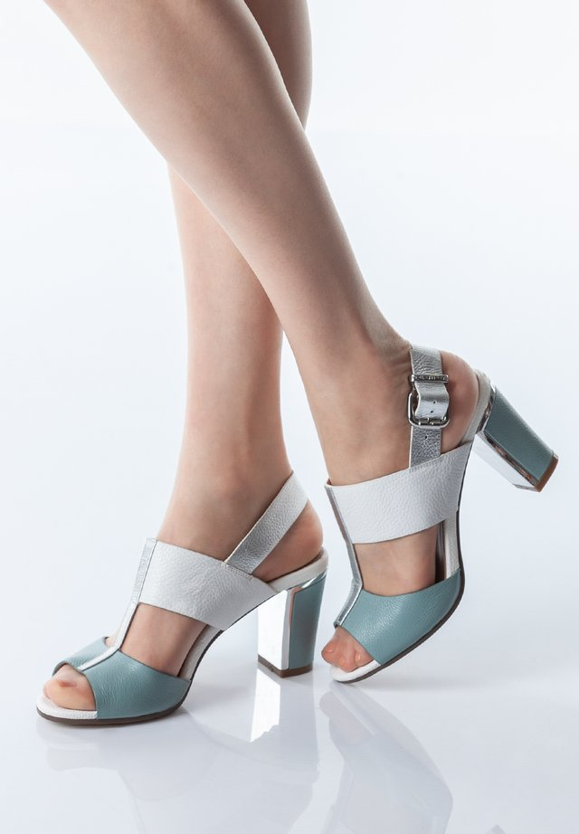 Korolliset sandaalit - red