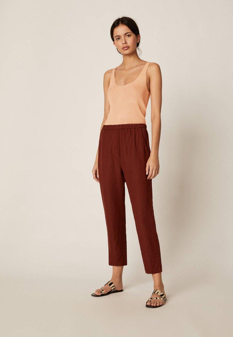 OYSHO - Spodnie materiałowe - brown