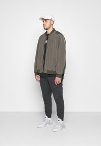 Burton Menswear London - BIG CORE - Giubbotto Bomber - khaki - 1
