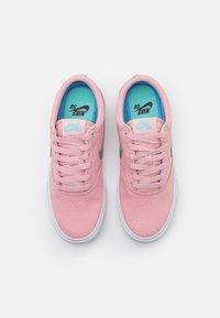 Nike SB - CHARGE - Joggesko - pink glaze/metallic silver/black/aurora green/white - 5