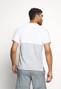 Nike Performance - DRY - Camiseta estampada - smoke grey/light smoke grey - 2
