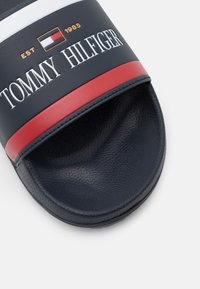 Tommy Hilfiger - CORPORATE  - Klapki - desert sky