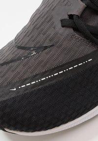Nike Performance - ZOOM RIVAL FLY 2 - Nøytrale løpesko - black/white/thunder grey - 5