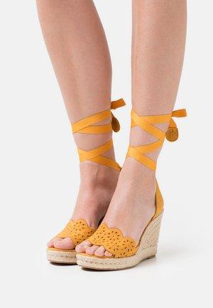 Sandalias con plataforma - mango