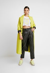 NA-KD - SIGN CROPPED TEE - T-shirt con stampa - white - 1