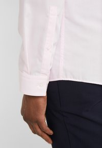 HUGO - ERRIKO EXTRA SLIM FIT - Formální košile - light pastel pink - 6