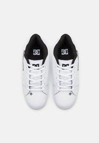 DC Shoes - NET UNISEX - Skate shoes - white/battleship - 3