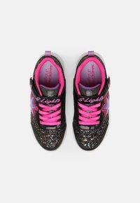 Skechers - GLIMMER KICKS - Baskets basses - black/hot pink - 3