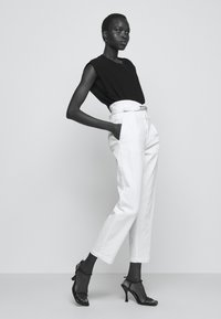 Pinko - ARIEL BUSTIER  - Džíny Relaxed Fit - white denim - 3