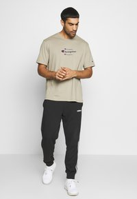 Champion - ROCHESTER WORKWEAR CREWNECK  - T-shirt z nadrukiem - grey - 1