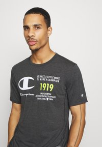 Champion - LEGACY TRAINING CREWNECK - Printtipaita - black/white - 2