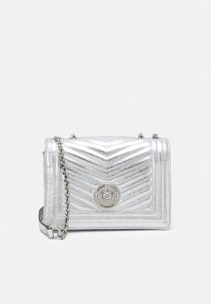 LIDA CONVERTIBLE XBODY FLAP - Håndtasker - silver-coloured