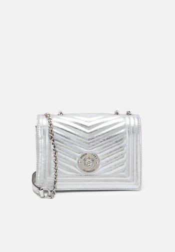 LIDA CONVERTIBLE XBODY FLAP - Håndveske - silver-coloured