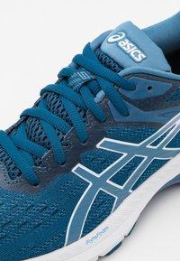 ASICS - GT 2000 9 - Zapatillas de running estables - mako blue/grey floss - 5