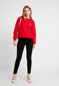 Guess - REGULAR FIT - Sweatshirt - red hot - 1