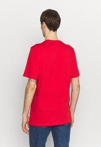 adidas Originals - ESSENTIAL TEE UNISEX - Basic T-shirt - lusred - 2