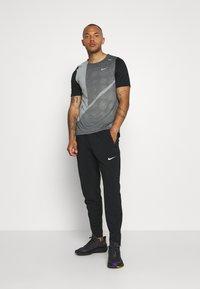 Nike Performance - RISE HYBRID  - Camiseta estampada - black/grey fog/silver - 1