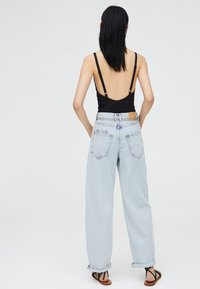 PULL&BEAR - MIT HOHEM BUND - Jeans a zampa - light blue - 2