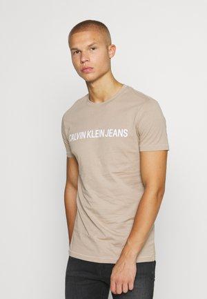 INSTITUTIONAL LOGO SLIM TEE - Print T-shirt - crockery