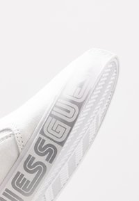 Guess - Mocasines - white - 2