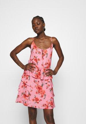 DRESS - Korte jurk - pink/red/forest green