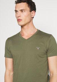 GANT - ORIGINAL SLIM V NECK - T-shirt - bas - olive - 4
