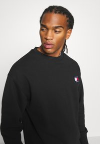 Tommy Jeans - BADGE CREW UNISEX - Felpa - black - 3
