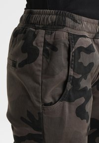 Urban Classics - LADIES CAMO PANTS - Kalhoty - grey - 3