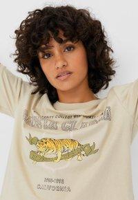 Stradivarius - Print T-shirt - beige - 3