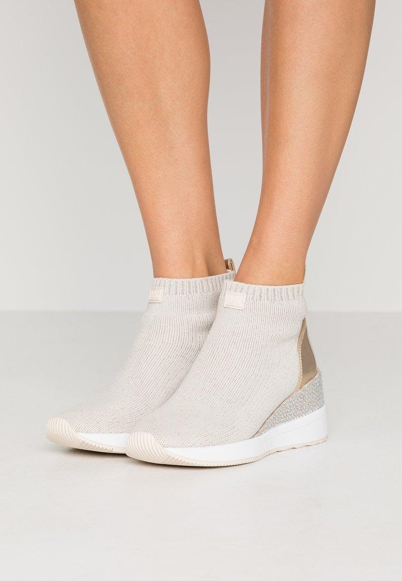 MICHAEL Michael Kors - SKYLER - Ankle boots - ecru/gold