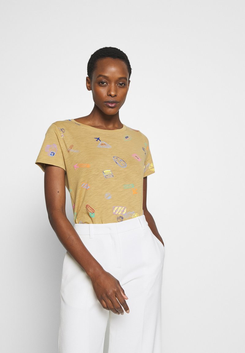 J.CREW - ALLOVER TRAVEL TAGS TEE - Print T-shirt - honey brown