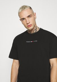 Tommy Jeans - SHINE SMALL TEXT TEE UNISEX - T-shirts print - black - 3
