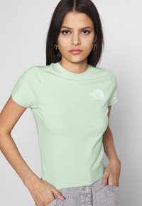 The North Face - COORDINATES TEE - T-shirts med print - green mist - 3