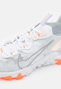 Nike Sportswear - REACT VISION SE - Zapatillas - white/light smoke grey/sail/crimson tint/hyper crimson - 5