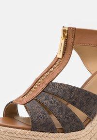 MICHAEL Michael Kors - BERKLEY WEDGE - Sandály na platformě - brown/acorn - 6