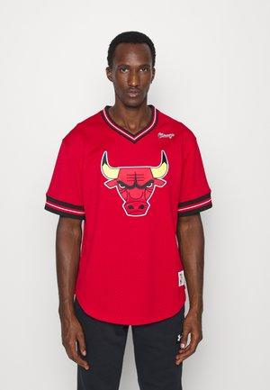 NBA CHICAGO BULLS UNBEATEN V NECK - Klubbkläder - scarlet