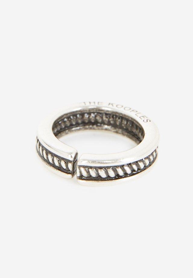 VERSILBERTER RING AUS MESSING IN ANTIKOPTIK - Ring - antic silver