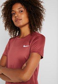 Nike Performance - MILER - Print T-shirt - cedar/reflective silver - 4