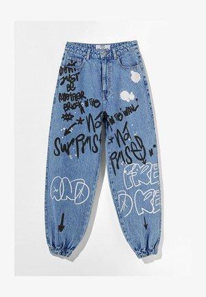 MIT PRINT UND GRAFITI  - Jeans Tapered Fit - blue denim