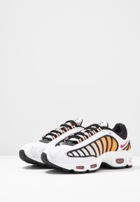 Nike Sportswear - AIR MAX TAILWIND - Sneakers - white/gym red/black/coral stardust/desert - 6