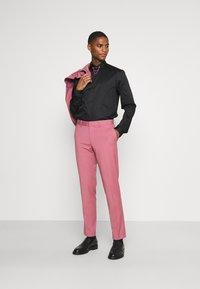 Twisted Tailor - LYNTON - Kostymskjorta - black - 1