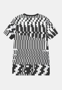 Nike Performance - DRY UNISEX - Print T-shirt - white/black/saturn gold - 1