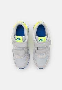 Nike Sportswear - VALIANT UNSEX - Tenisky - grey fog/volt/game royal/white - 3